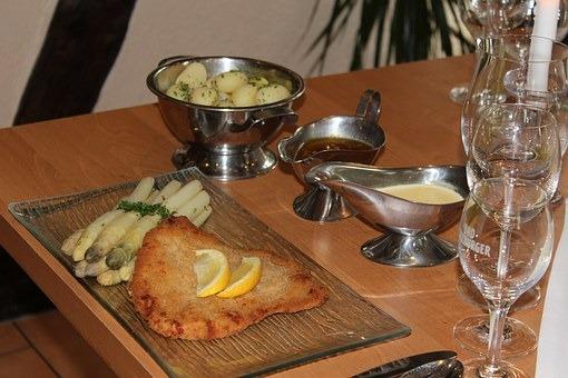 Spargel mit Schnitzel satt im Hotel Alt Holzhausen in Bad Pyrmont